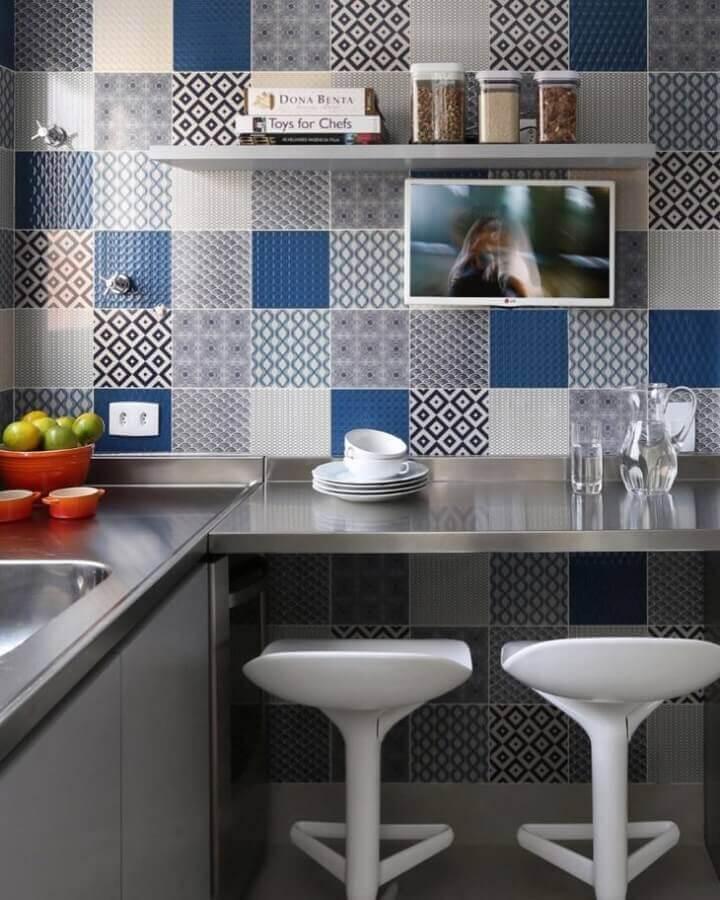 cozinha com bancada de aço inox Foto Simone Saccab