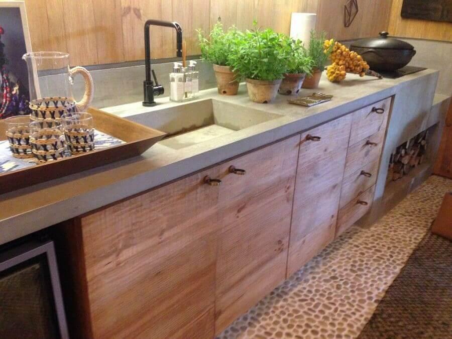 cozinha com bancada de concreto e armários de madeira planejados Foto Chaves na Mão