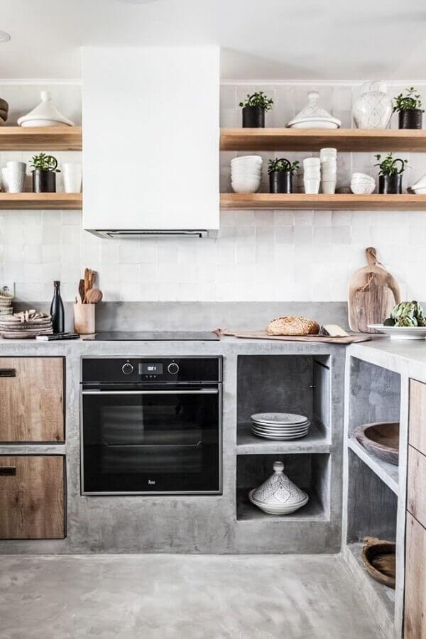 cozinha com bancada de concreto e prateleiras de madeira Foto Planète Déco