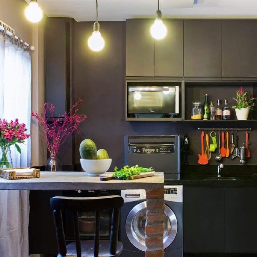 cozinha com bancada de concreto rústica e armários pretos Foto Patrícia Ribeiro Arquitetura