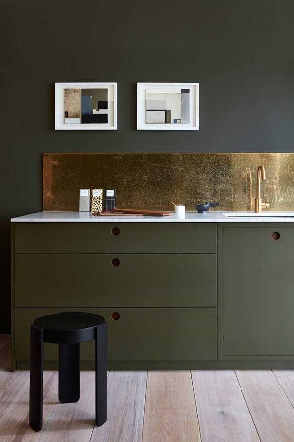 cozinha decorada com armário verde musgo e acabamento cobre Foto Apartment Therapy