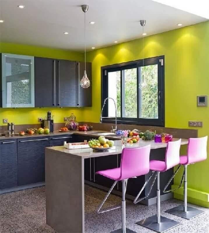 cozinha decorada com cadeira giratória rosa Foto Be Decoration