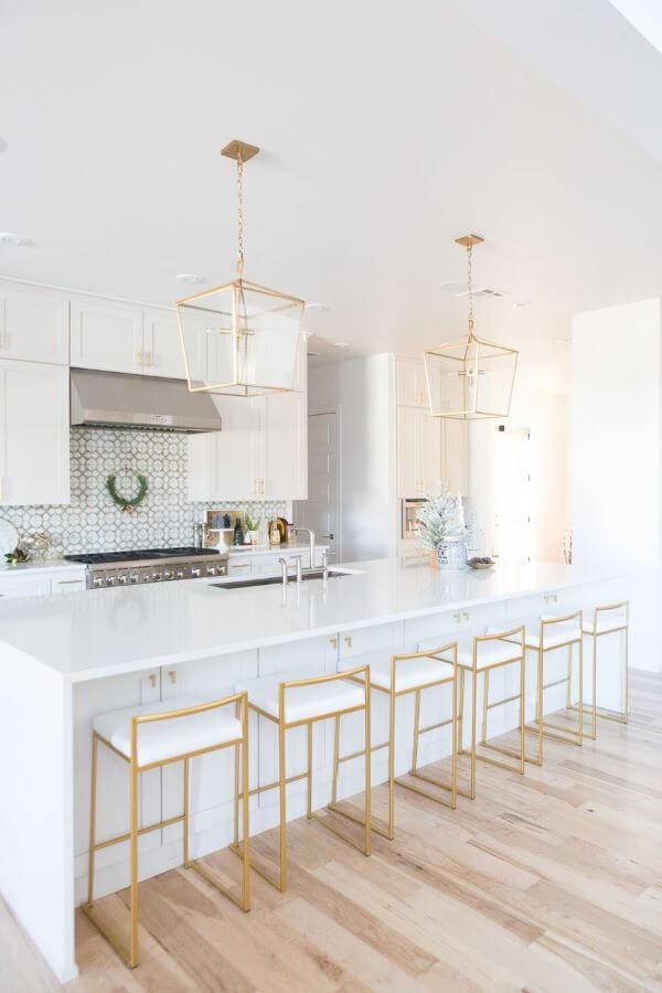 Cozinha escandinava branca com pendentes rose gold