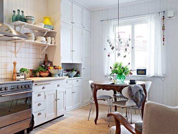 Cozinha escandinava com mesa provençal de madeira