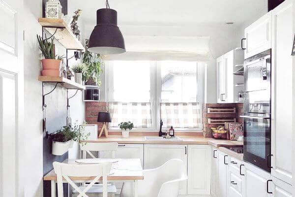 Cozinha escandinava com moveis brancos