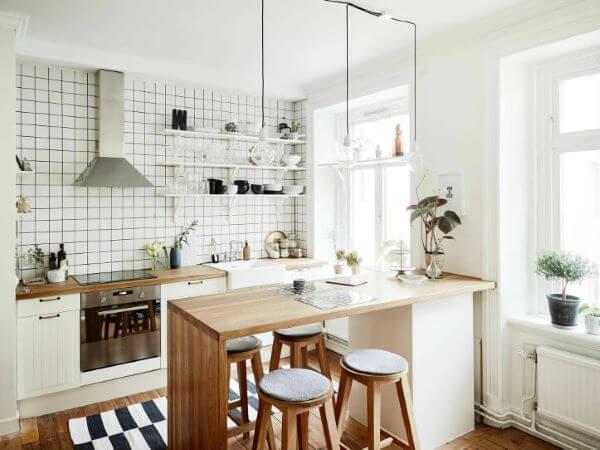 Cozinha escandinava com bancada de madeira
