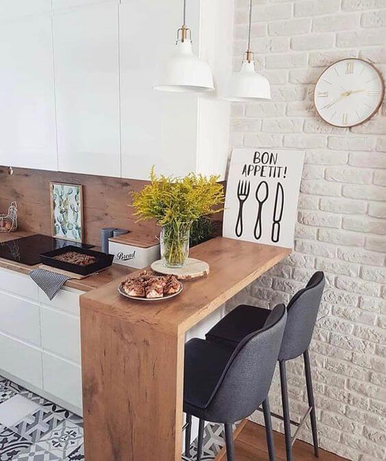 Cozinha escandinava com bancada de madeira pequena