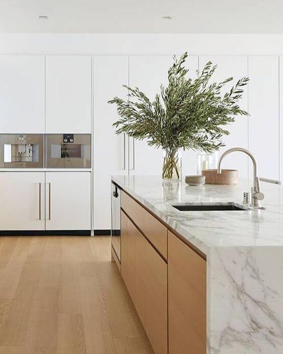 Cozinha escandinava com bancada marmorizada