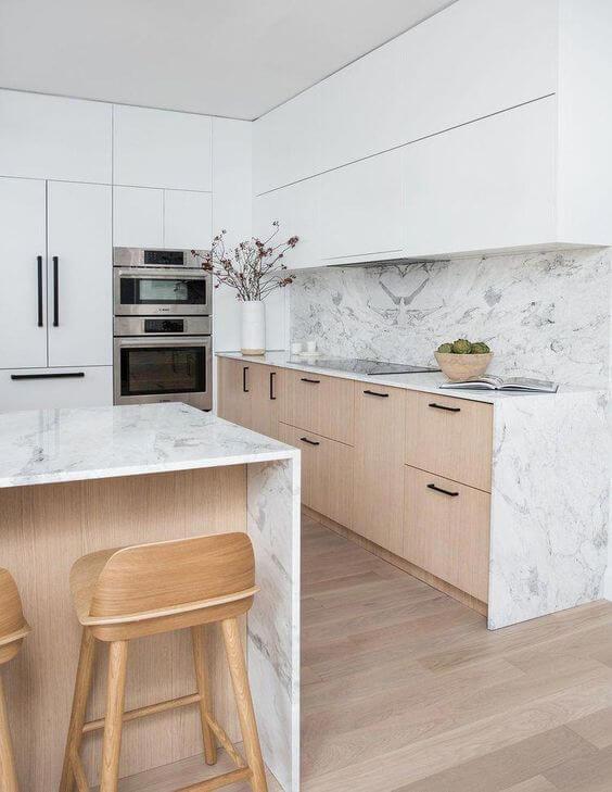 Cozinha escandinava com madeira e bancada marmorizada