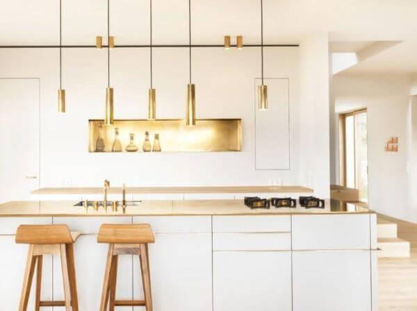 Cozinha escandinava com pendentes dourados