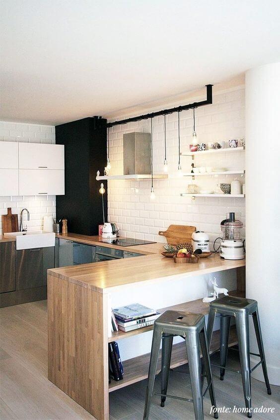 Cozinha estilo escandinava com bancada de madeira e banquetas cinza
