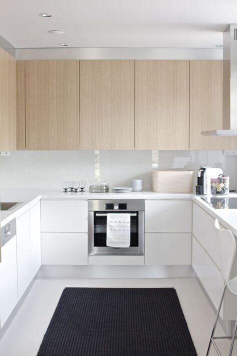 Cozinha escandinava branca e de madeira