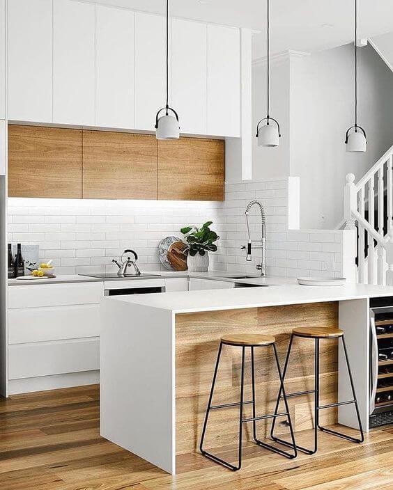 Cozinha escandinava branca com bancos de madeira