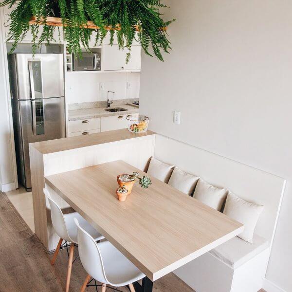 Cozinha escandinava com plantas decorando o teto