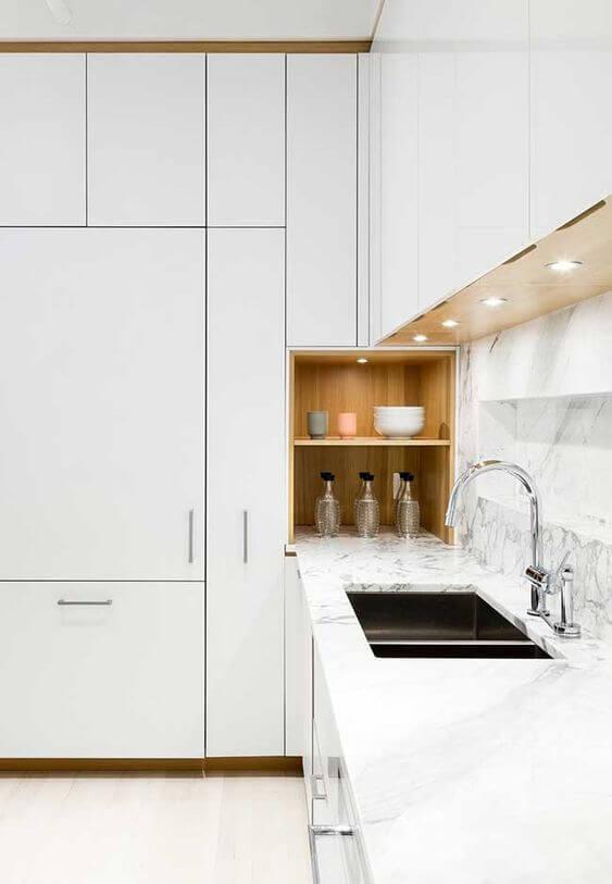 Cozinha escandinava branca com pia iluminada