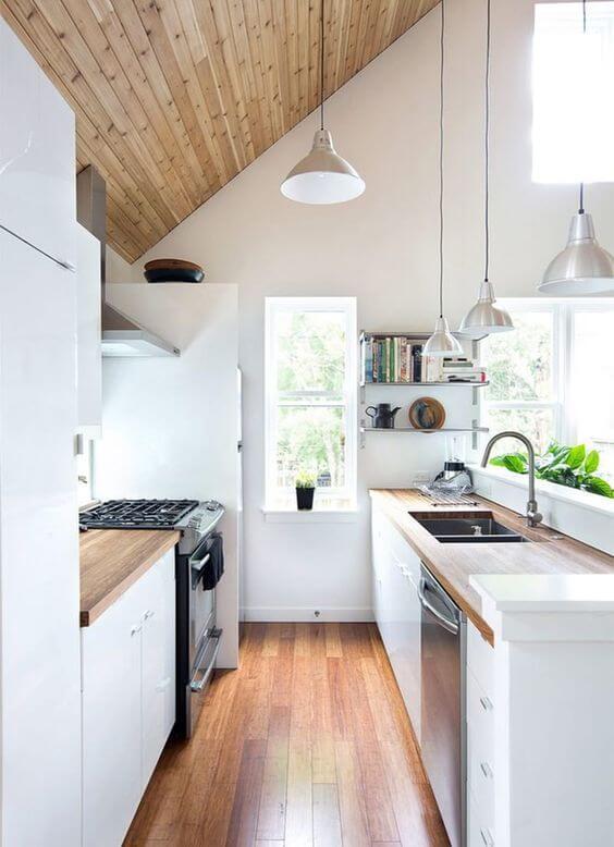 Cozinha escandinava iluminada