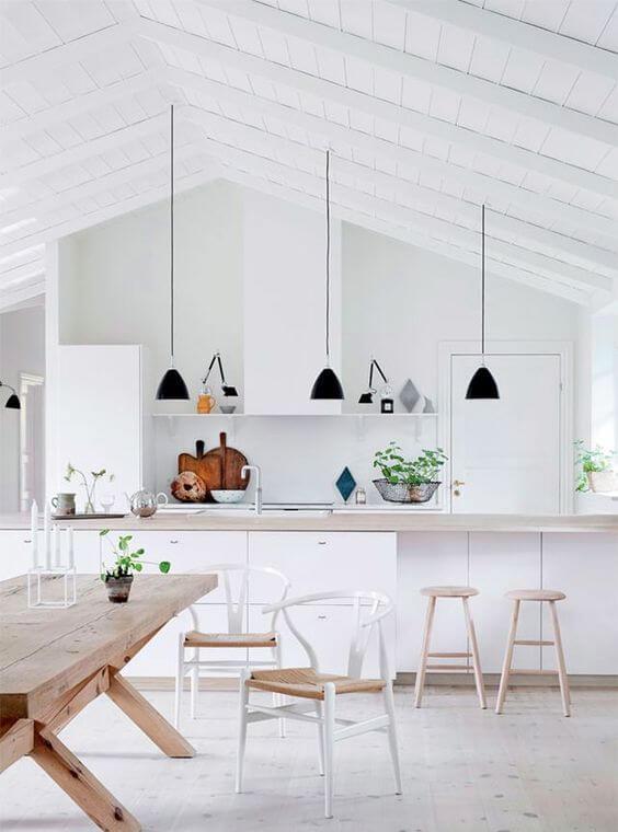 Cozinha branca e iluminada com pendente preto