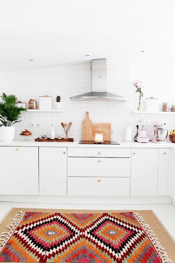 Cozinha simples escandinava com tapete estampado
