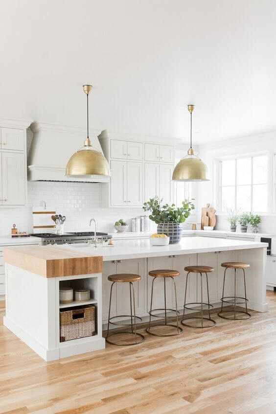 Cozinha escandinava com pendentes acima da bancada