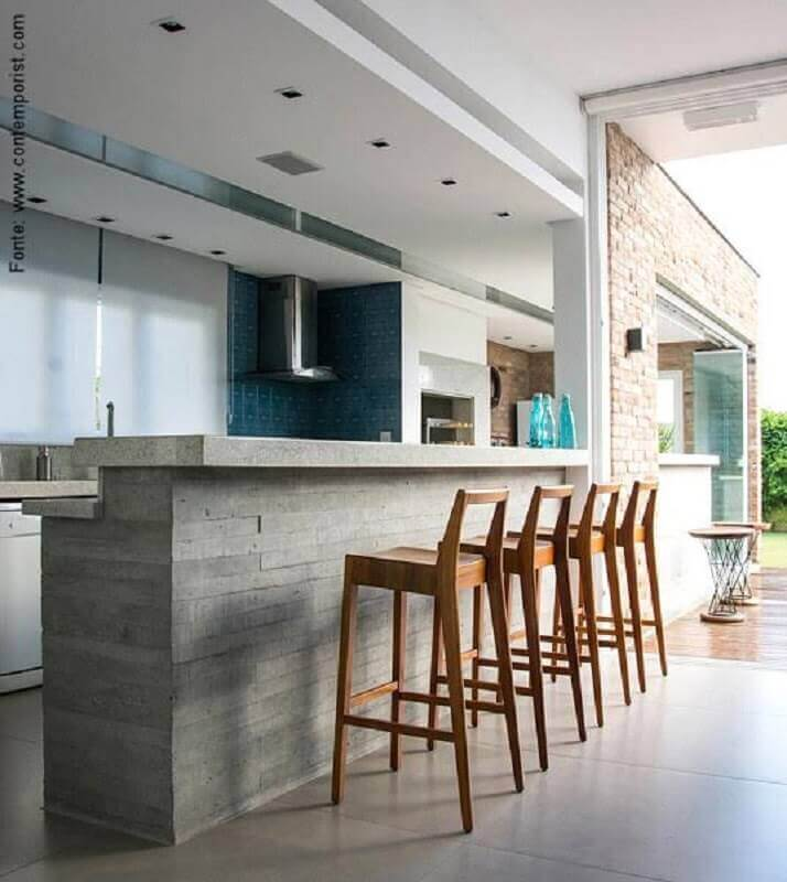 cozinha gourmet com bancada de concreto e banquetas de madeira Foto Gauss Revestimentos