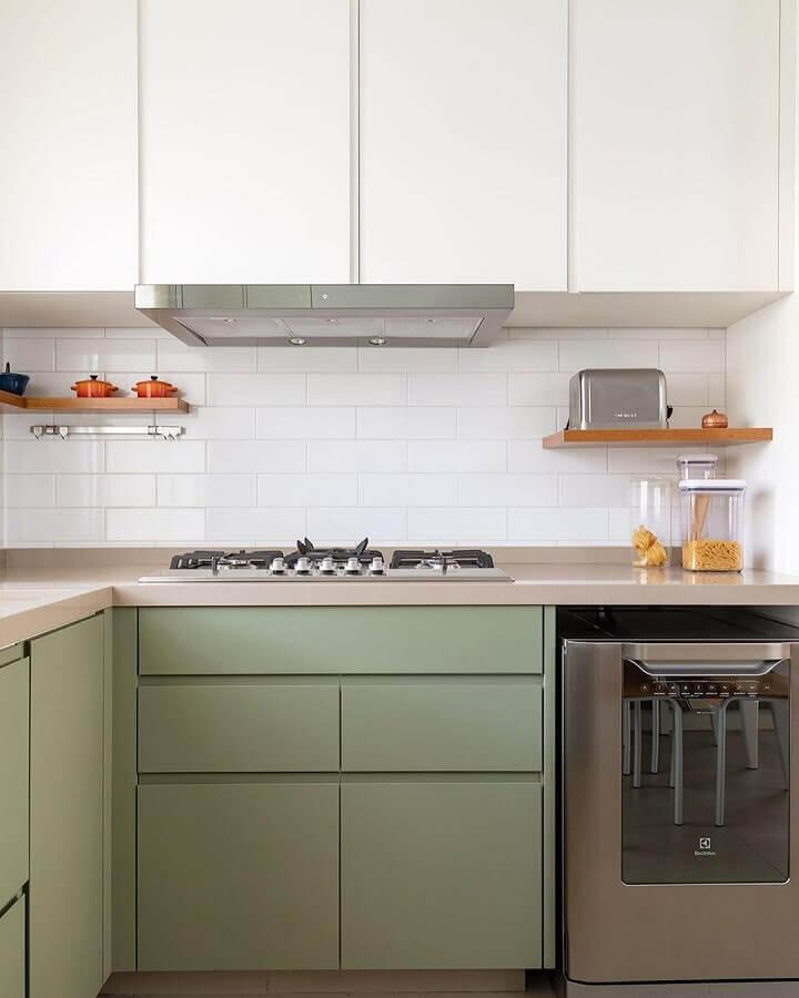 cozinha planejada com armário verde musgo e branco Foto DT Studio
