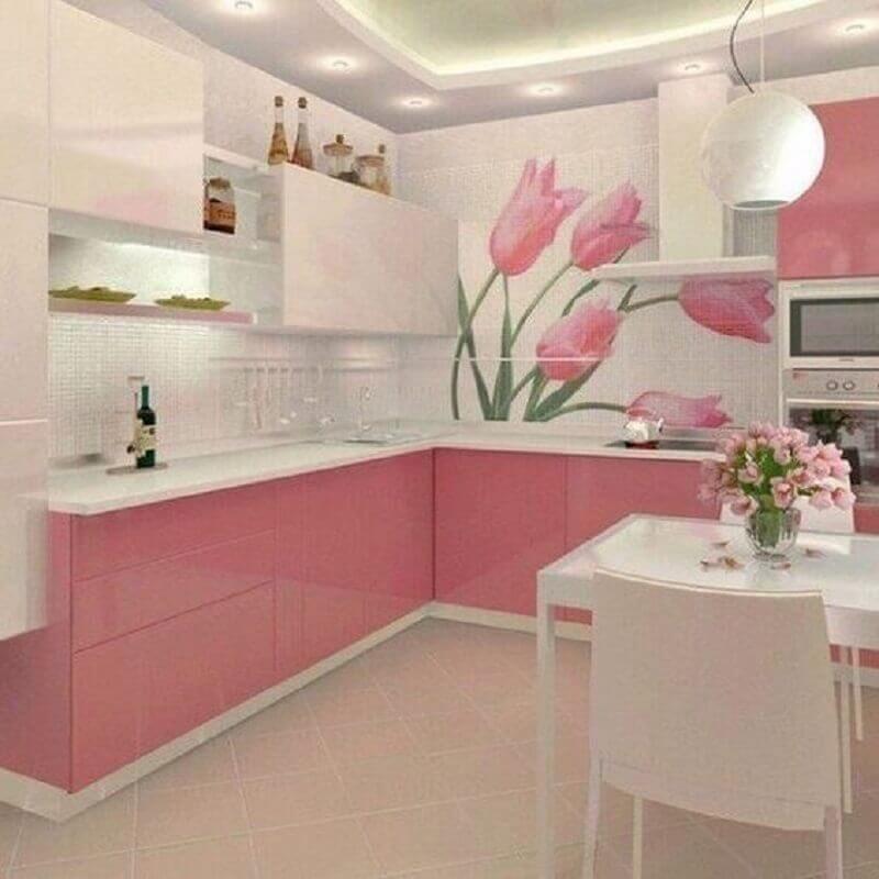 cozinha rosa e branca decorada com desenho de flor na parede Foto Anna Spring
