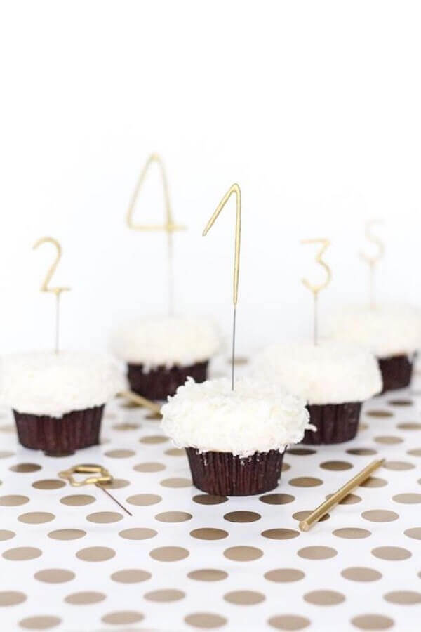 cupcake decorado para festa de réveillon simples Foto Sugar & Cloth