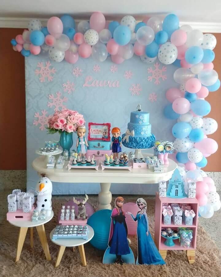 decoração azul e rosa para festa da frozen simples com painel de balões e bolo 3 andares Foto UP Mimos