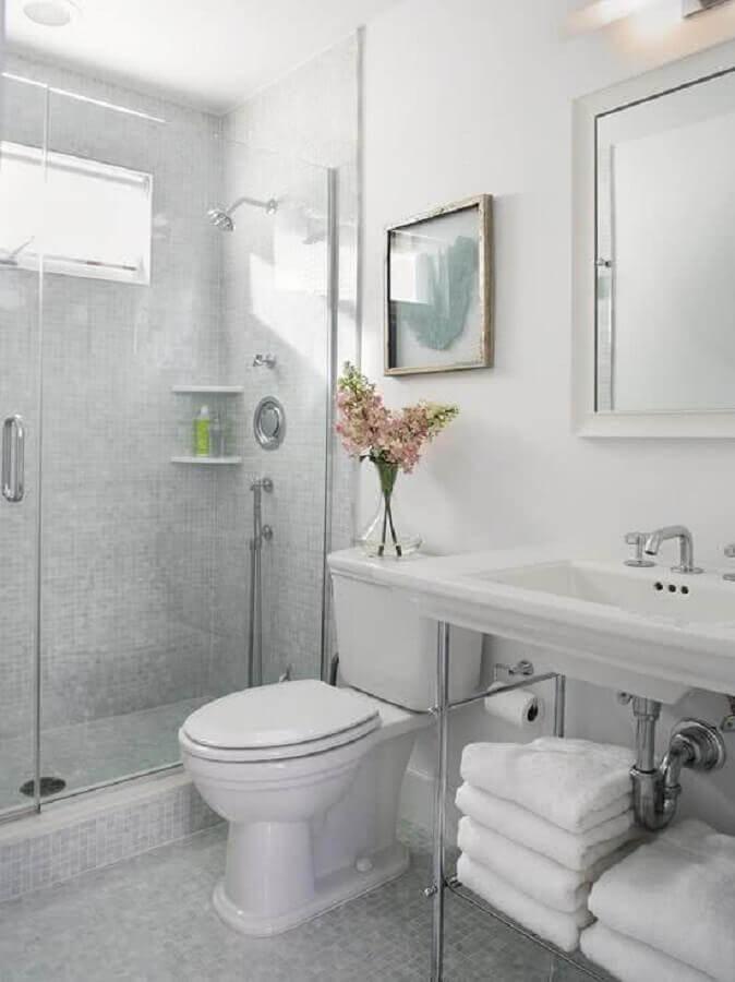 decoração clássica para banheiro cinza e branco Foto HappyModern