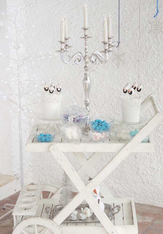 decoração clean para festa de aniversário da frozen com castiçal prata Foto Yandex