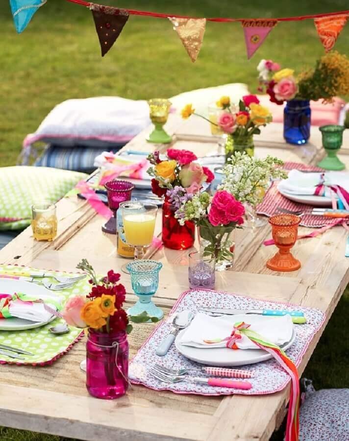 decoração colorida com arranjo de flores simples para mesa de picnic Foto Pinterest