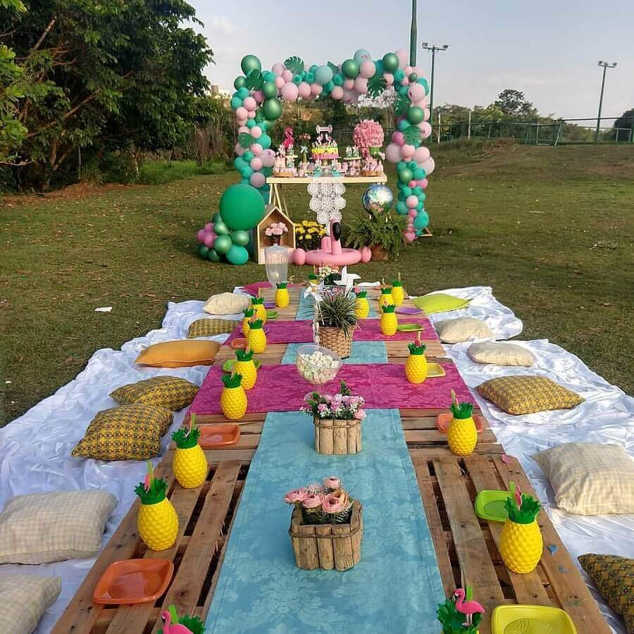 decoração colorida para aniversário piquenique com jarros em formato de abacaxi Foto Pinosy
