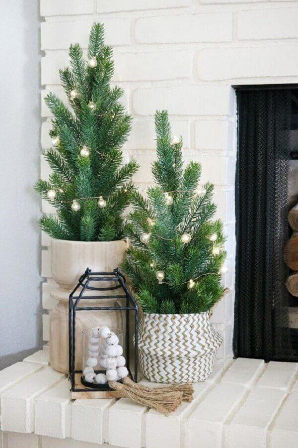 decoração com árvore pequena de Natal decorada apenas com pisca pisca Foto The Crafted Sparrow