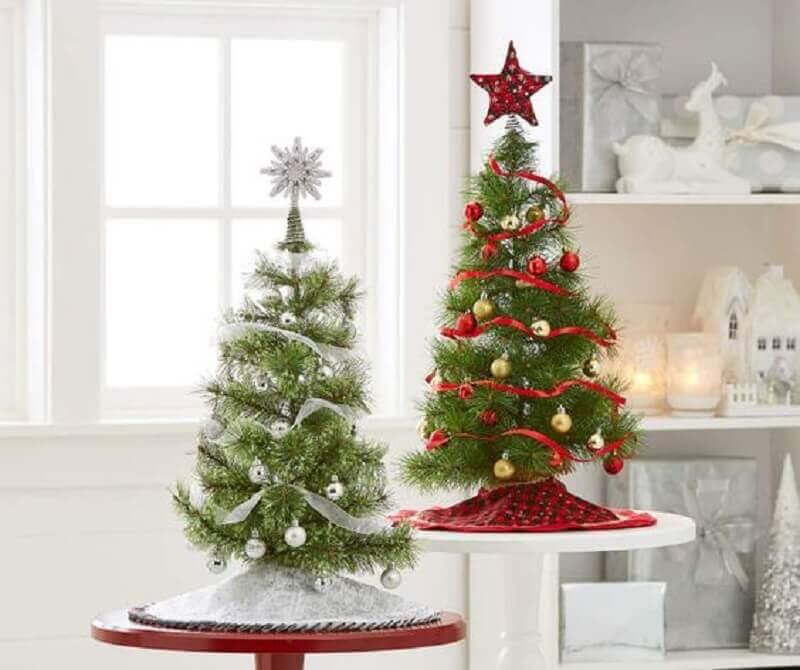 decoração com árvores de Natal pequenas Foto Birch Lane
