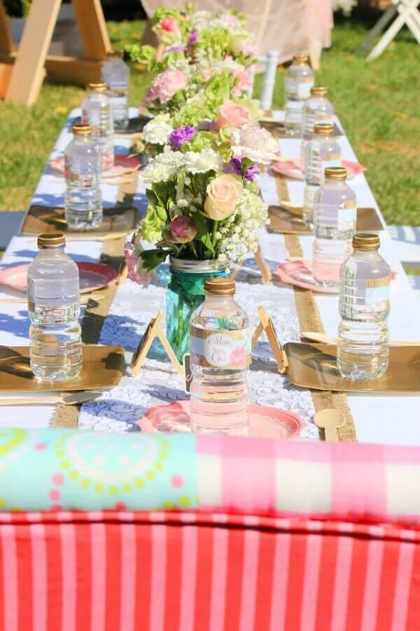decoração com arranjos de flores para aniversário piquenique Foto Assetproject