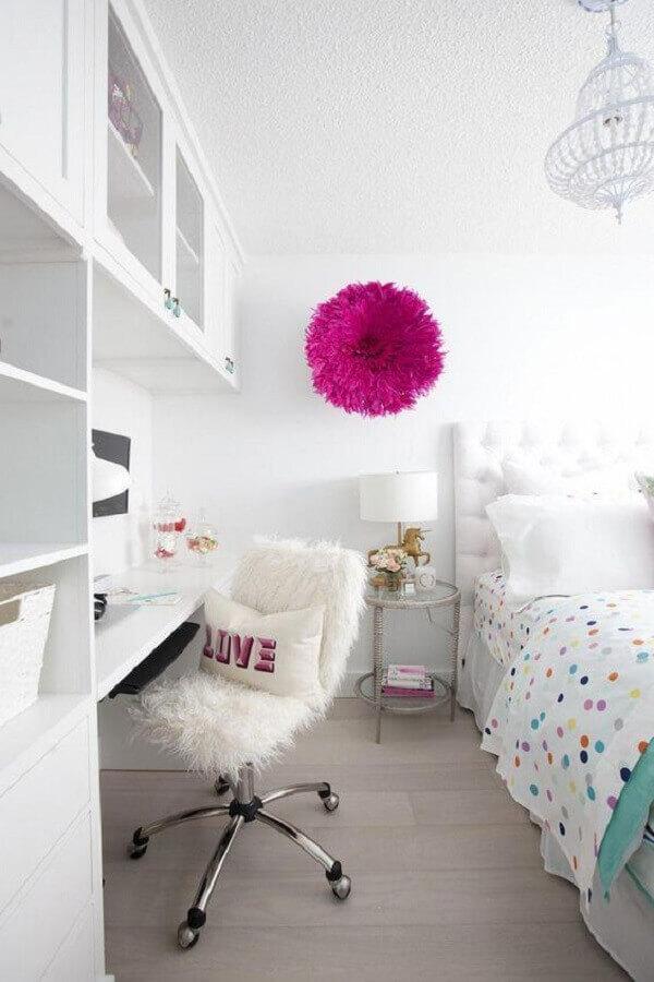 decoração com cadeira giratória para quarto todo branco Foto Pottery Barn Kids