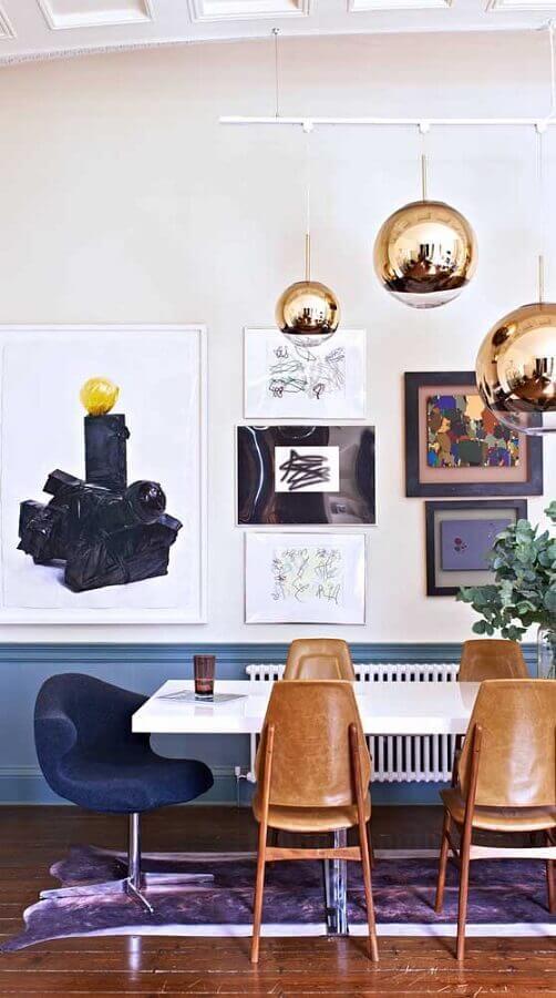 decoração com cadeiras de madeira e cadeira de jantar giratória Foto Pinosy
