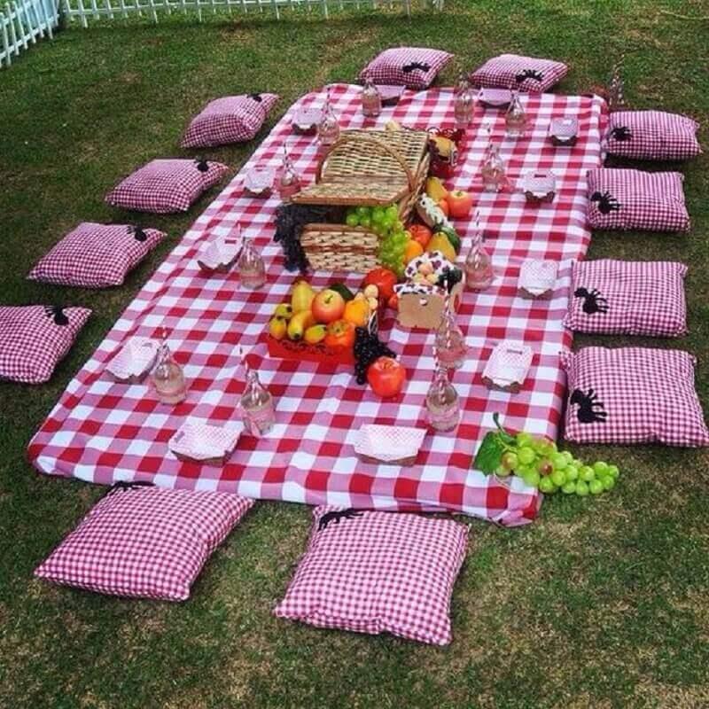decoração com cesta de piquenique com frutas e toalha xadrez Foto Pinterest