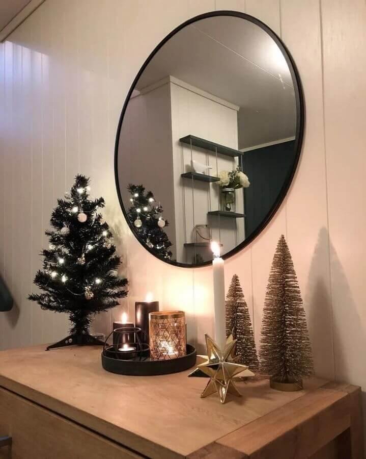 decoração com espelho redondo e árvore pequena de Natal Foto CS Interior