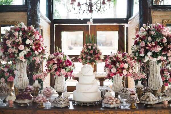 Decoração com flores para casamento clássicas e românticas