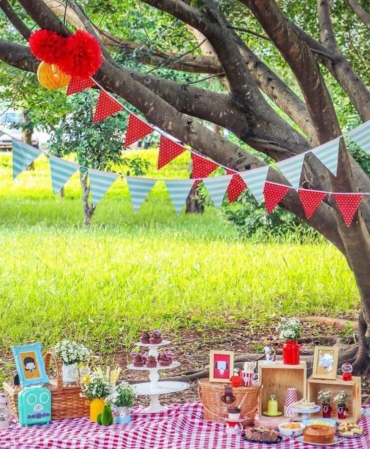 decoração com toalha xadrez e cesta de piquenique Foto Assetproject