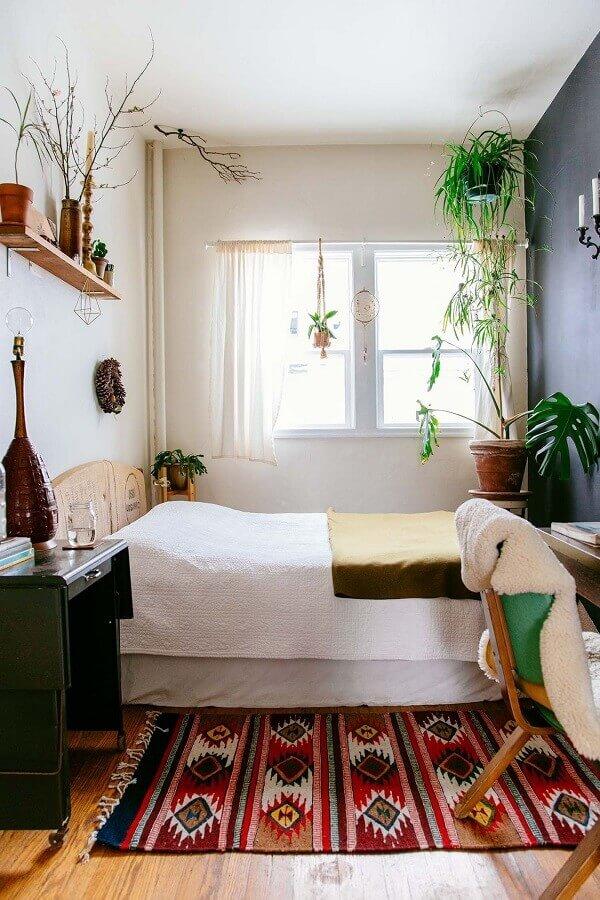 decoração com vasos de plantas e tapete colorido para quarto simples Foto HomeDecorMagz
