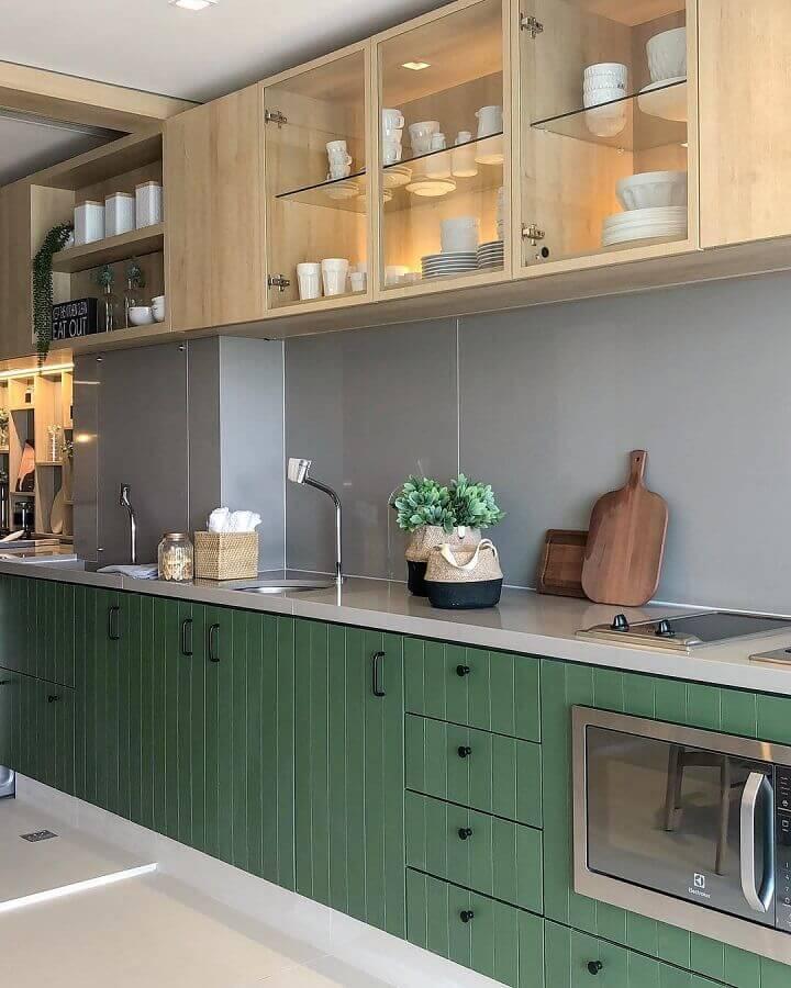 decoração cozinha planejada com armário verde musgo e de madeira Foto Carol Miluzzi