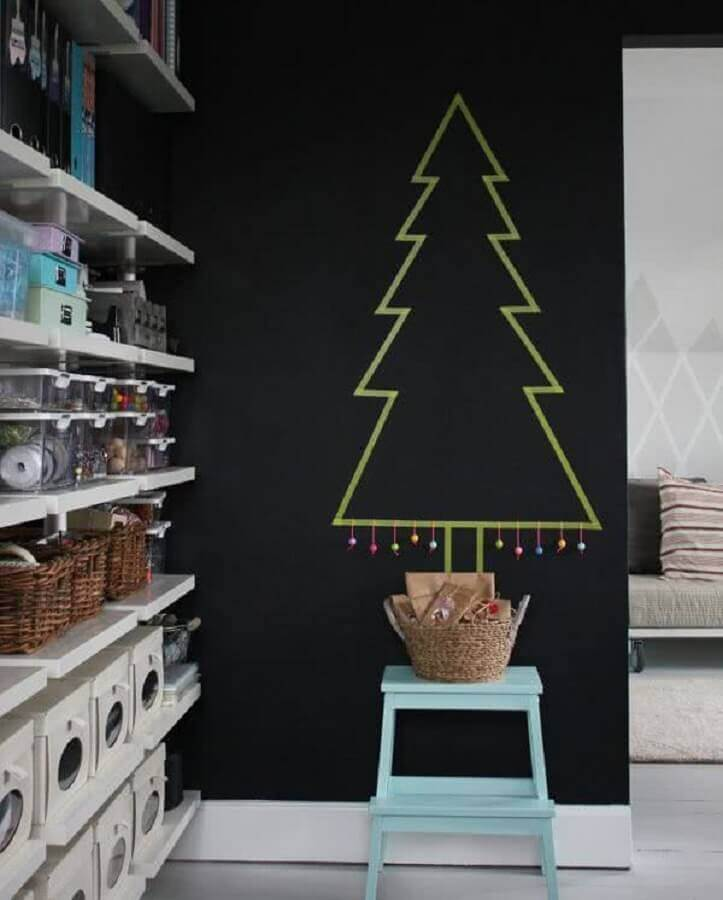 simple Christmas decoration with tree made on the wall Foto Pinterest