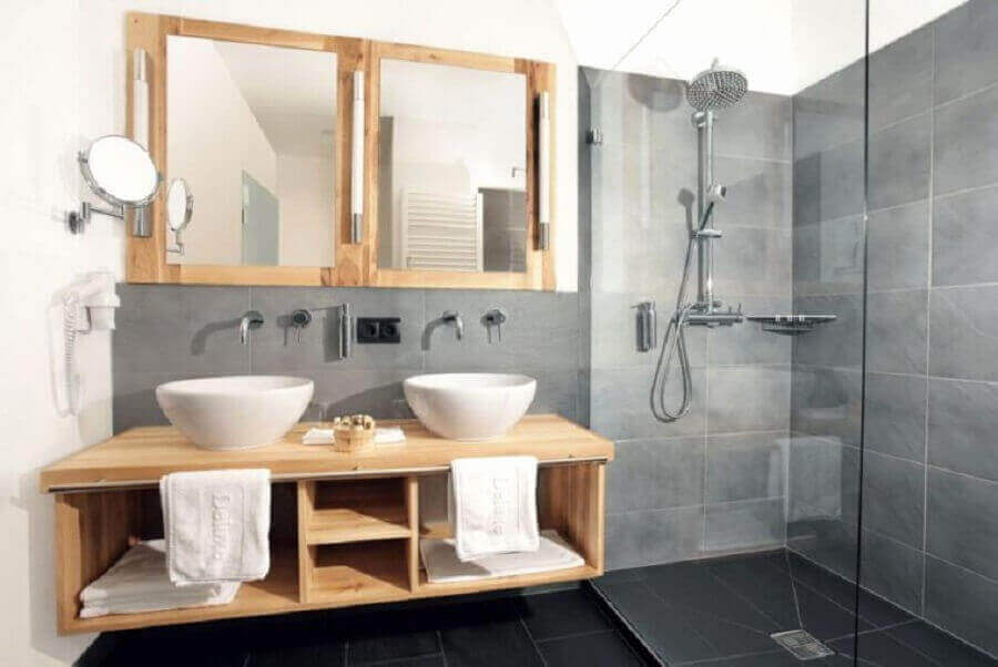 decoração de banheiro cinza com madeira e cuba branca Foto Mobel Ideen Site