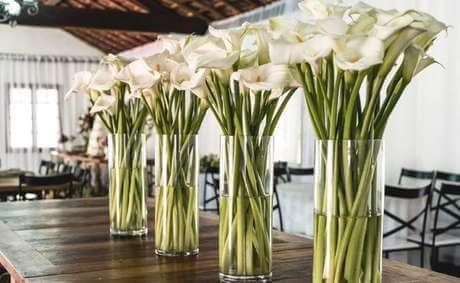 Decoração de casamento com copo de leite nos arranjos