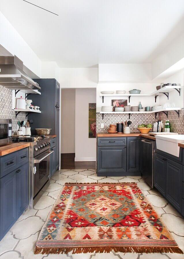 decoração de cozinha preta com tapete colorido Foto Apartment Therapy