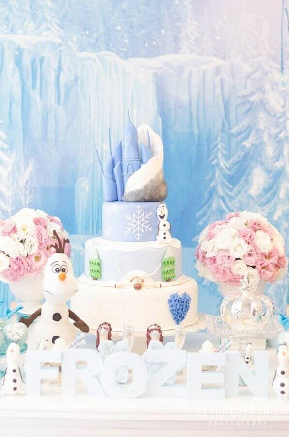 decoração de festa da frozen com arranjo de rosas e bolo personalizado Foto Assetproject