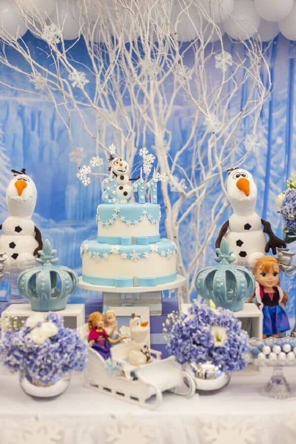 decoração de festa da frozen com bolo dois andares e boneco de neve Foto A Minha Festinha