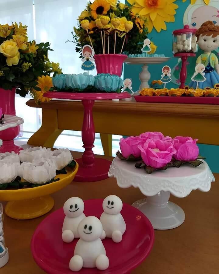 decoração de festa da frozen com detalhes coloridos Foto Salato e Dolce